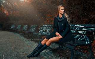 Светлое платье с черными сапогами