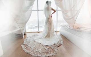 Девушка примеряет свадебное платье
