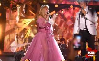 Пугачева в розовом платье