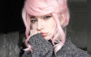 Девушка с нежно розовыми волосами